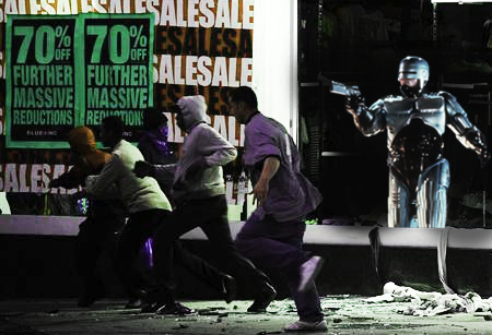 """Robocop bewacht die Stadt. """"Nicht herumlungern!"""" Foto: Photoshoplooter auf Tumblr"""